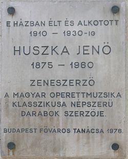 Huszka Jenő emléktáblája lakhelyén, a Bartók Béla út 15/a-c szám alat