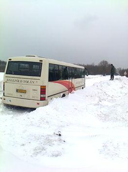 23 órán át a hó foglya volt egy autóbuszunk Iván és Újkér között (Kisalföld Volán - 2013. február 13-án 20 óra körül)