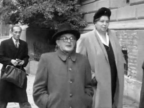 Szakasits Árpád (kőfaragó, köztársasági elnök) feleségével (Grosz Emma) választani megy 1945 októberben. (Schiffer András dédapja