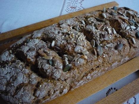 teljes kiőrlésű lisztből készült sok magvas kenyér