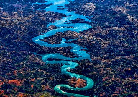 A portugáliai Odeleite folyót nem véletlenül nevezik kék sárkánynak