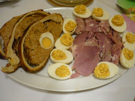 Sonka, töltött  tojás. Vajas tésztában töltött fasírt egyben tojással.