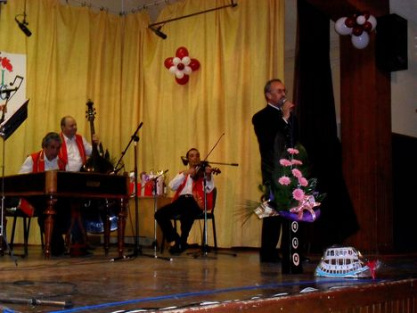 Komáromi Szabó Gyuszi énekel
