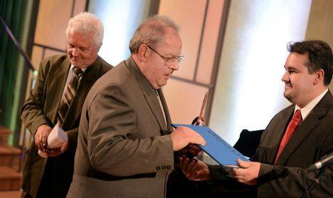 Artisjus díjat veszi át Gyémánt Ferenc