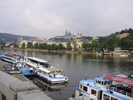 Prága 1 prágai vár és Vltava folyó,háttérben a vár