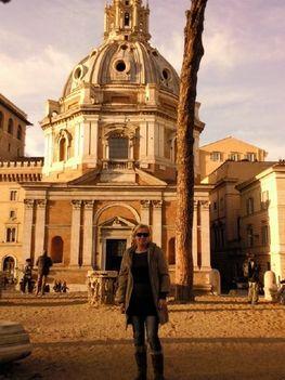 a barokk Santissimo Nome di Maria templom előttt