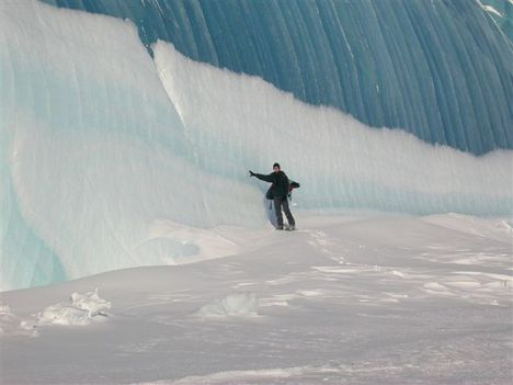 Voltatok már az Antartikán a Déli sarkon?  4 A víz azonnal megfagy, ahogy a hullám megtörik a jégen. Ilyen ez az Antarktikan.