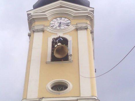 Harangoznak a templomban: Dáma Lovag Erdős Anna....Mosoni Nepomuki Szt .János templom új harang szentelése.