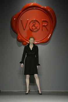 A Viktor & Rolf tervezőpáros neki szentelt, 2003-2004-es őszi-téli kollekciójának bemutatóján