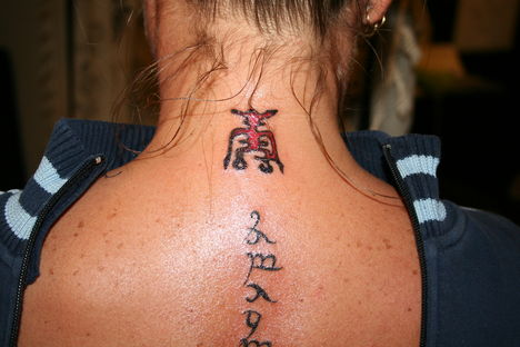 Tetoválás 14 Tetkó nyakon + gerincen szimbolumok + betük