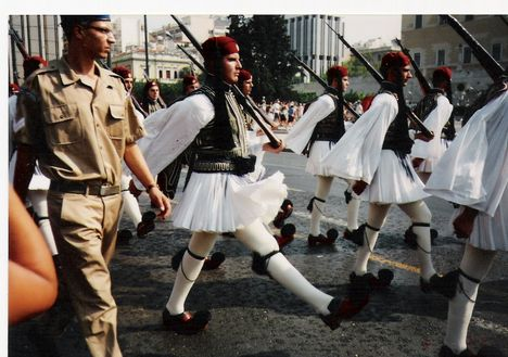 Görögországi nyaralásunk. 1 Vonulnak a katonák.