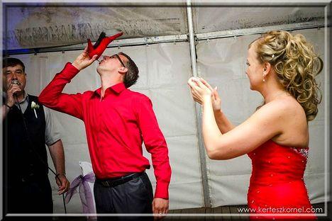 Menyasszonyi cipőből iszik a vőlegény