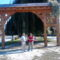 Csíkszentdomokos székelykapu a Márton Áron szobor előtt