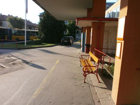 Sopron Buszpályaudvaron személygépkocsik.