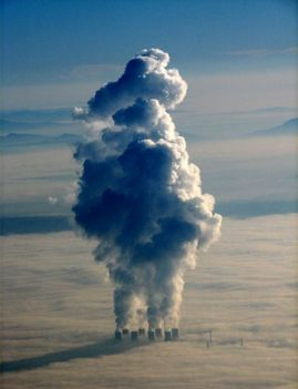 felhők felett eregetik a kémények a füstöt