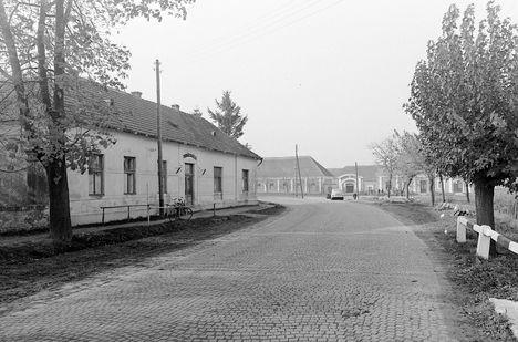 Gönyü, háttérben a Postakocsi fogadó 1957