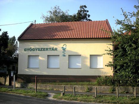 A falu fiókgyógyszertára a fő úton