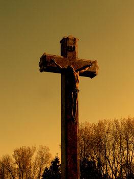 Kereszt a temető közepén