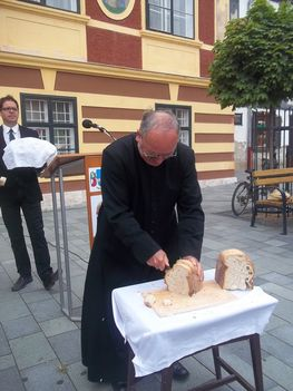 Az új kenyér felszelése