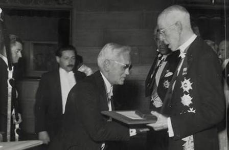 Fleming /1881-1955/ átveszi a Nobel-díjat