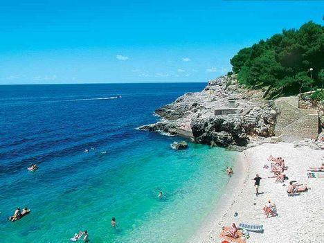 Kavicsos part kék tenger