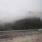 Átléptük a határt. Ausztria. A hegyek csucsai felhőben