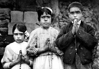 Jacinta Marto , Lúcia de Jesus dos Santos , és Francisco Marto