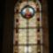 Máriát ábrázoló mozaik ablak