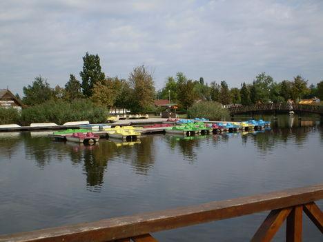 A gyógyfürdő (csónakázó tó)