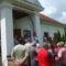 A kisbajomi erdei iskola és közösségi ház előtt