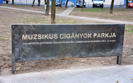 Muzsikus cigányok parkja emléktábla