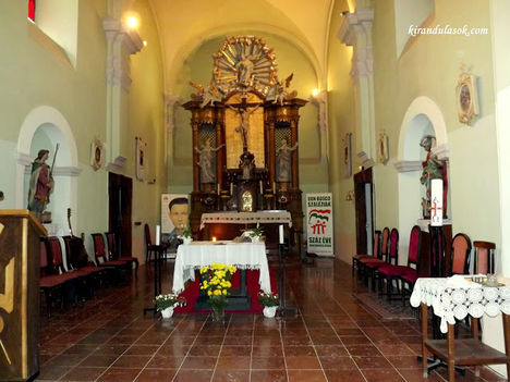 Péliföldszentkereszt Szent Kereszt templom belseje.főoltár