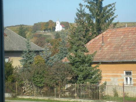 Emeleti ablakomból egyenest a templomot és a temetőt látom.