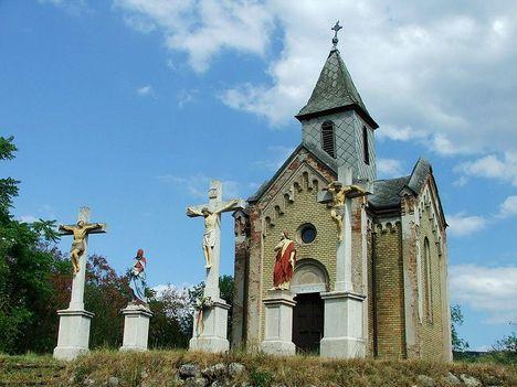 Esztergom A kápolna a szoborcsoporttal