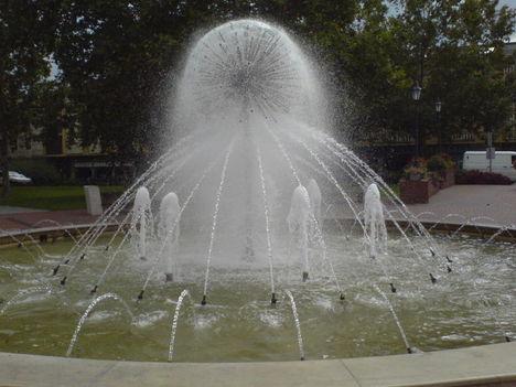 Hagymavirág szökőkút a Széchenyi téren