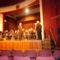 A bányász hagyományörzők elismerő oklevelet ad át Szellinger tamás karmesternek.