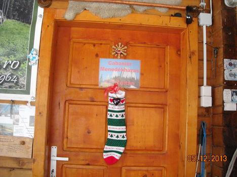 Ötletes névjegy és ünnepi dísz az ajtón