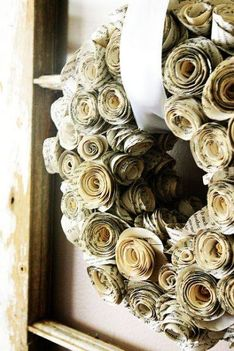 Papírrózsából készült adventi koszorú vagy ajtódísz