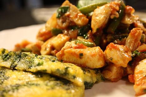Bazsalikomos zöldségekkel sült csirkemellfilé ementális spenótos pirított puliszkával