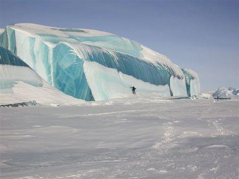 Amikor a jéghegy a tengerbe csúszik, egy réteg sós tengervíz ráfagyhat, alulról és ha az gazdag algákban akkor zöldes színű lesz.