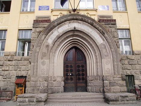 Gyergyószentmiklós Salamon Ernő Gimnázium kapuja