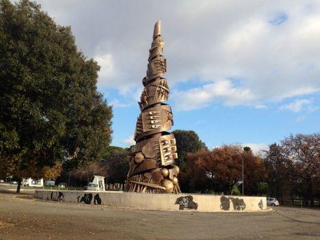 Pomodoro 21 méteres piramisa Rómában
