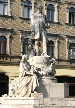 Semmelweis Ignác szobra