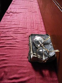 ima könyv szemüveggel