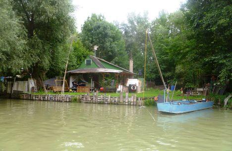 Horgásztanya a Mosoni-Duna mellett, a Feketerdei híd alatti szakaszán, 2014. augusztus 12-én