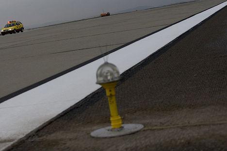 fékhatást mérő autó a pályán tájékoztatja a tornyot
