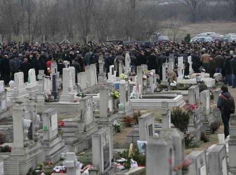 Hatalmas tömeg a temetőben