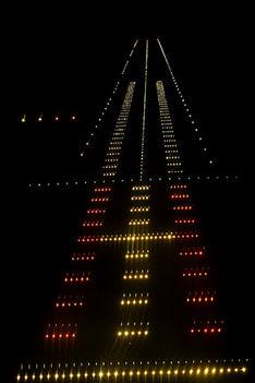 Sikeres lesz a landolás - a bal oldalon két fehér és két piros fény tájékoztat erről