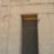 Szárnyas napkorong a szentély bejárata fölött