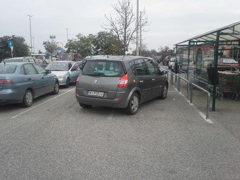 Parkolás az Auchan áruház parkolójában_Háros